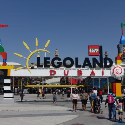 des gens se dirigent pour visiter Legoland Dubai